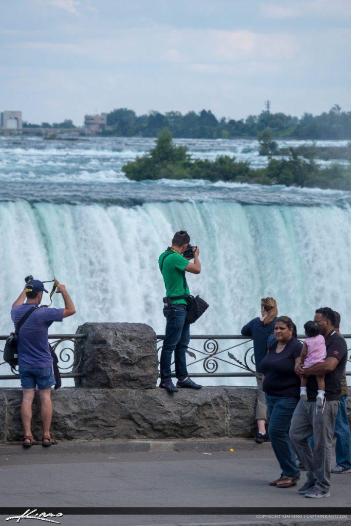 Toeristen maken met behulp van een micro SD kaart vakantiefoto's van de Niagara watervallen
