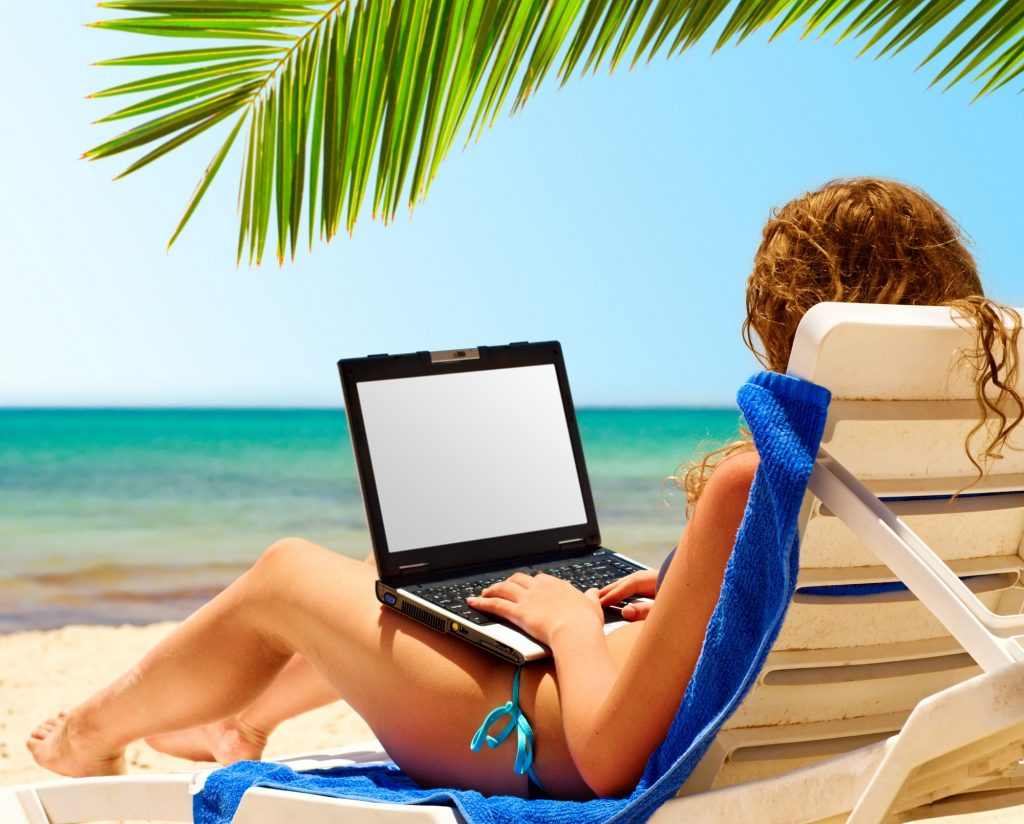 Vrouw mist geen aflevering, omdat ze haar laptop mee heeft op vakantie