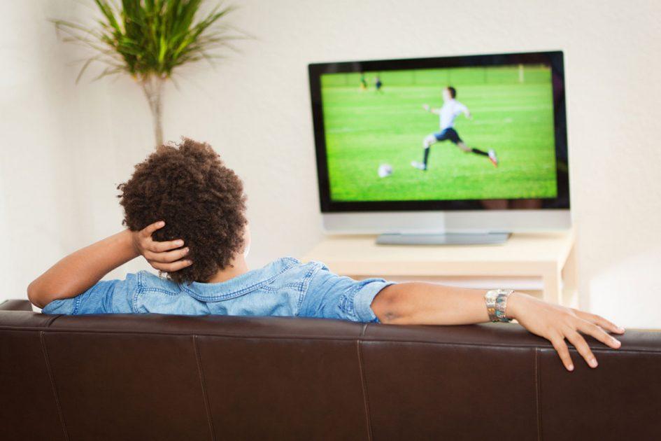 Man kijkt televisie zodat hij geen aflevering hoeft te missen
