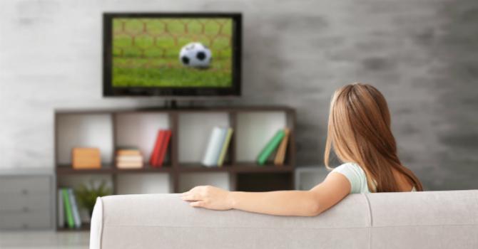 Vrouw kijkt tv zodat ze geen aflevering hoeft te missen