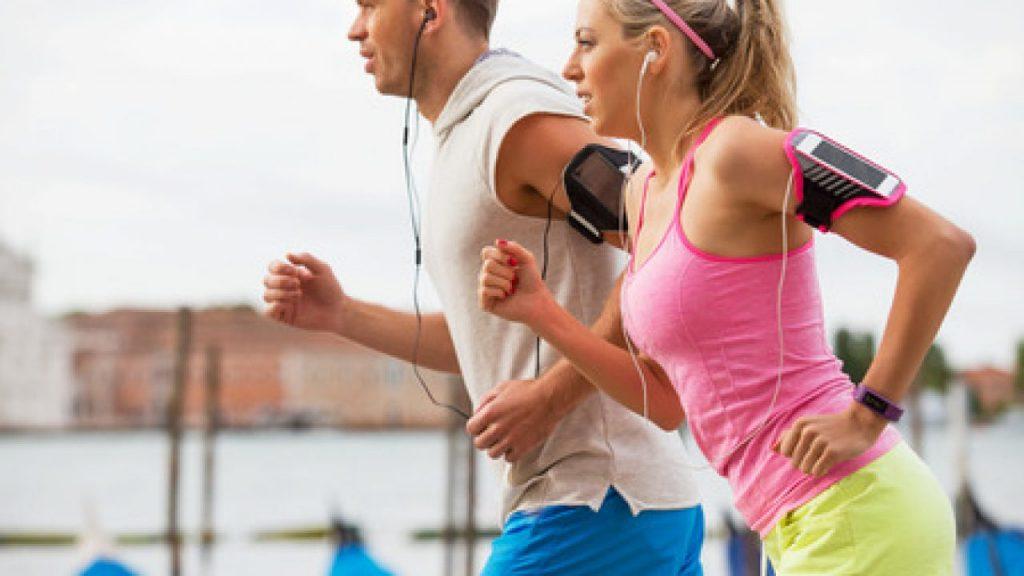 Mensen zijn aan het hardlopen vanwege hun goede voornemens